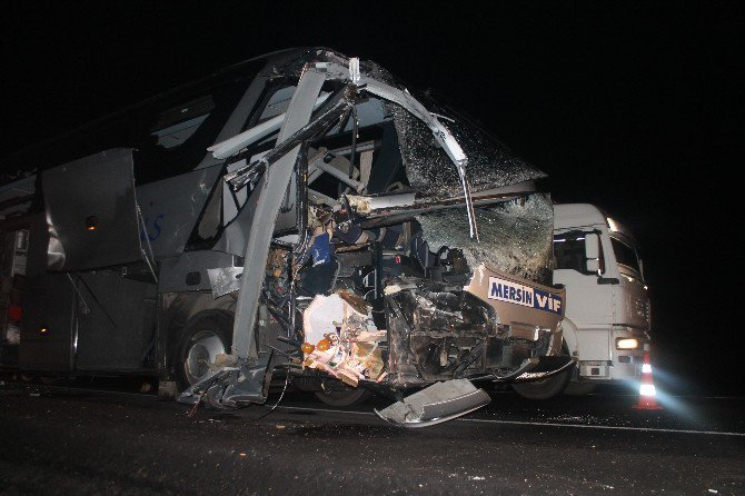 Otobüsle TIR çarpıştı: 1 ölü 15 yaralı