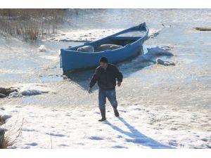 Beyşehirli balıkçılar donan gölün ava açılmasını bekliyor