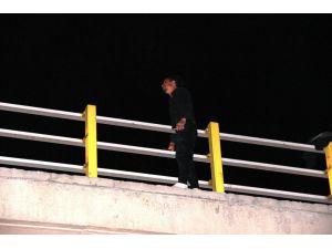 Eşi tarafından terk edilen genç, eşinin kızını göstermediği iddiasıyla köprüye çıkarak intihara kalkıştı