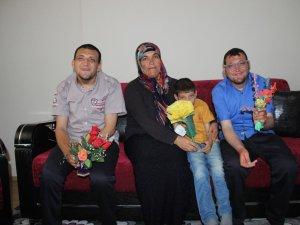 Zihinsel engelli çocuklarına 21 yıldır bebek şefkatiyle bakıyor
