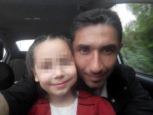Boşandığı eşini, kayınpederini ve kayınvalidisini küçük kızının gözleri önünde öldürdü