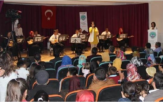 Eskil Halk Eğitim Merkezi kursiyerlerinin konseri beğeni topladı