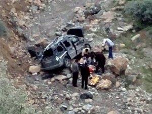 25 metrelik uçuruma yuvarlanan aracın sürücüsü ağır yaralandı
