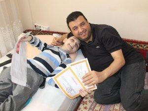Cam kemik hastası Mehmet'in karne sevinci