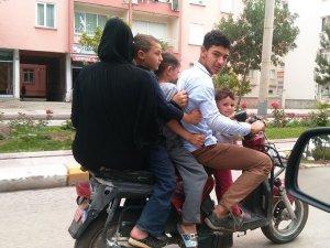 Trafikte elektrikli bisikletteki 5 kişinin tehlikeli yolculuğu