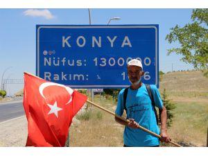 Elinde Türk Bayrağıyla Ankara'ya yürüyen yaşlı adam Konya'ya geldi