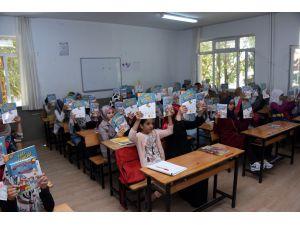 Büyükşehir Suriyeli öğrencilere üç bin kitap hediye etti