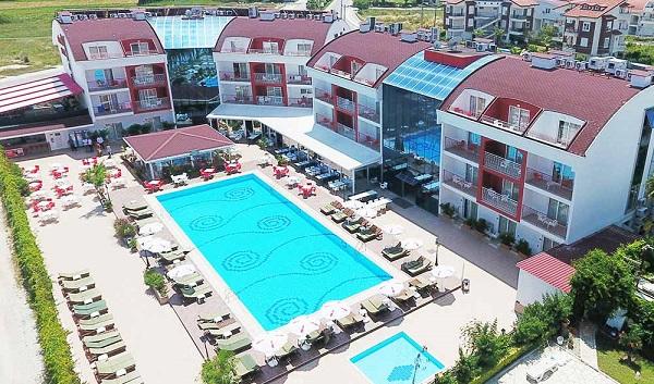 """Hamza Aybak, """"Side Rose Hotel olarak aile ortamında tatil keyfinin adresiyiz"""""""