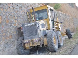 İstinat duvarına çarpan greyder sürücüsü öldü
