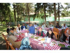 Başkan Özgüven, huzurevi sakinlerini yemekte buluşturdu