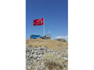 Seydişehir'de yüksek kayalığa Türk bayrağı dikildi