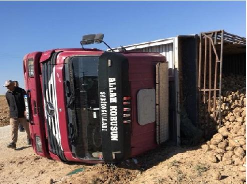 Eskil'de trafik kazası! Pancar yüklü tır devrildi
