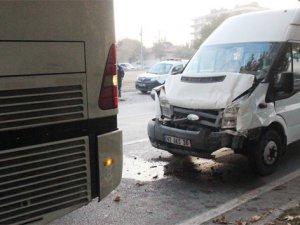 İşçi taşıyan servisler çarpıştı: 8 yaralı
