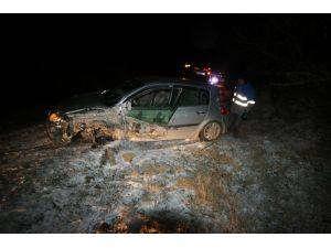 Muz yüklü kamyonla çarpışan otomobilin sürücüsü yaralandı