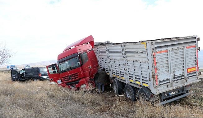 Kontrolden çıkan tır minibüsle çarpıştı: 1'i ağır 3 yaralı