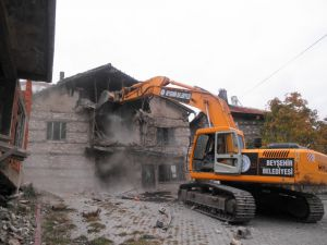 Beyşehir'de Metruk Binalar Yıkılıyor