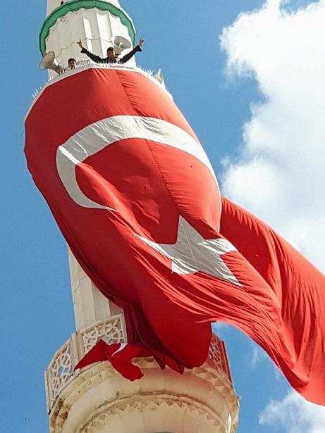 Eskilli gençlerden duyarlı davranış! Minareye dev bayrak astılar