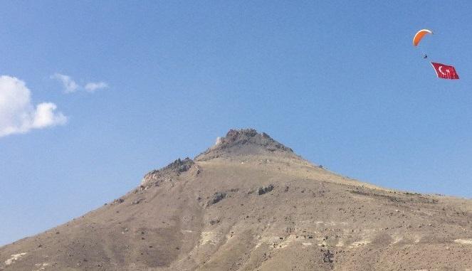 Yamaç paraşütüyle Mehmetçik için dev Türk Bayrağı dalgalandırıldı
