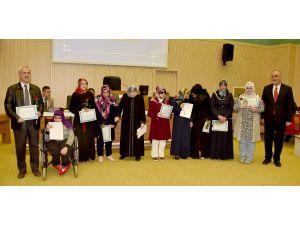 KOMEK'ten mezun olan görme engelli kursiyerler sertifikalarını aldı