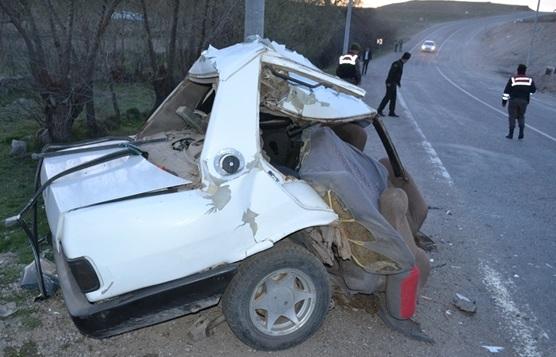 Elektrik direğine çarpan araç 2'ye ayrıldı 2 yaralı