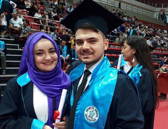 Koyuncu ailesinin çifte mezuniyet sevinci