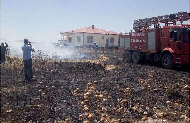 Eskil'de çıkan yangında 200 balya saman kül oldu