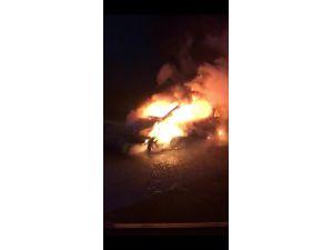 Yabancı plakalı otomobil alev alev yandı