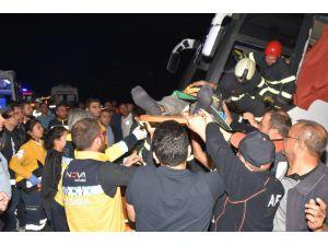 Aksaray'da Sınır dışı edilecek mültecileri taşıyan otobüs devrildi: 17'si polis 41 yaralı