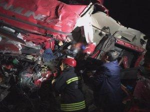 Kazada tırın kabinine sıkışan sürücü 40 dakikada kurtarılabildi