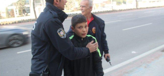 Mahsur kaldığı asansörden kurtarılan çocuk polise ve itfaiyeye sarılıp gözyaşı döktü