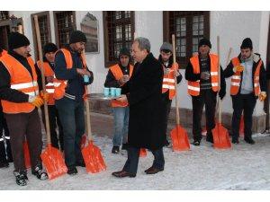 Başkan Akkaya, kar temizliği yapan personele salep dağıttı