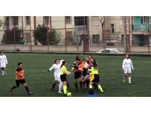 Kırmızı kart gören kadın futbolcu kadın hakeme saldırdı