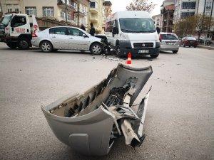 Aksaray'da servis minibüsü ile otomobil çarpıştı