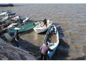 Balıkçılar, şiddetli rüzgarda batma tehlikesi olan tekneleri için seferber oldu