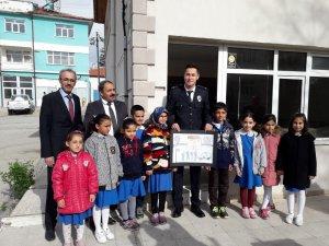 Yunak'ta öğrencilerden polise ziyaret