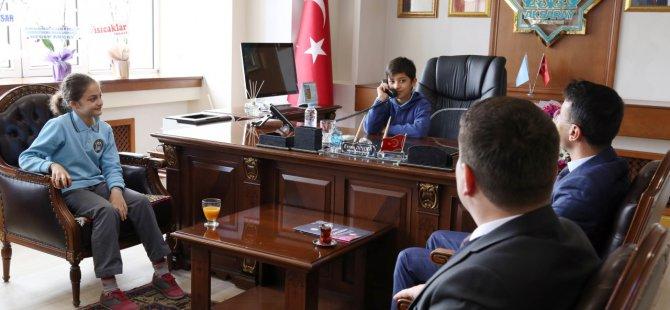 Başkan Dinçer, koltuğunu öğrencilere bıraktı