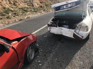 Otomobiller çarpıştı: 4'ü öğretmen, 5 yaralı