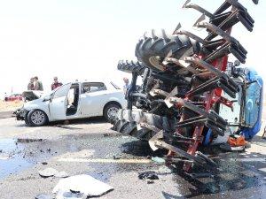 Traktör ile otomobil çarpıştı: 4 yaralı