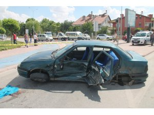 Otomobiller çarpıştı, altında kalan genç kız hayatını kaybetti