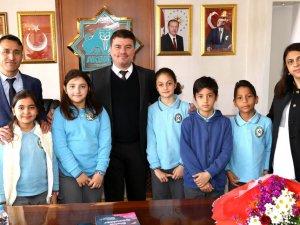 Başkan Evren Dinçer, Aksaray'da karne alan 83 bin öğrenciyi tebrik etti