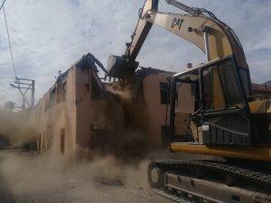 Seydişehir'de metruk binalar yıkılıyor