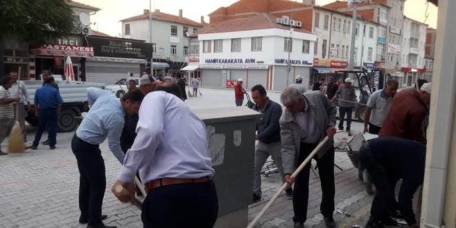 Başkan Belgemen İşçiler ve Meclis Üyeleriyle Birlikte Eskil Sokaklarını Temizledi!