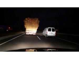 Aksaray'da aşırı saman yüklü kamyonetle trafikte tehlikeli taşımacılık
