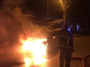 Aksaray'da otomobil alev alev yandı