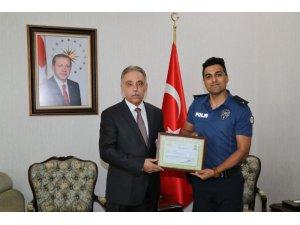 Polis memurunun duygulandıran davranışını Vali Toprak ödüllendirdi