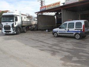 Tamir ettiği kamyon lastiği patlayınca yaralandı