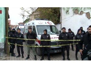 Konya'da İki Katlı Kerpiç Ev Göçtü! 3 kişiyi arama kurtarma çalışmaları sürüyor