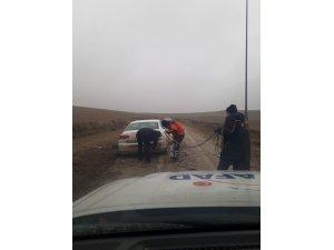 Çamura saplanan otomobili AFAD ekipleri kurtardı