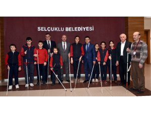 Beyaz Baston Görme Engelliler Haftasında öğrencilerden Başkan Pekyatırmacı'ya ziyaret