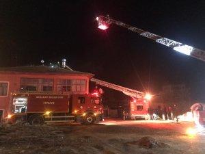 Elektrik kontağından çıkan yangın evi yaktı